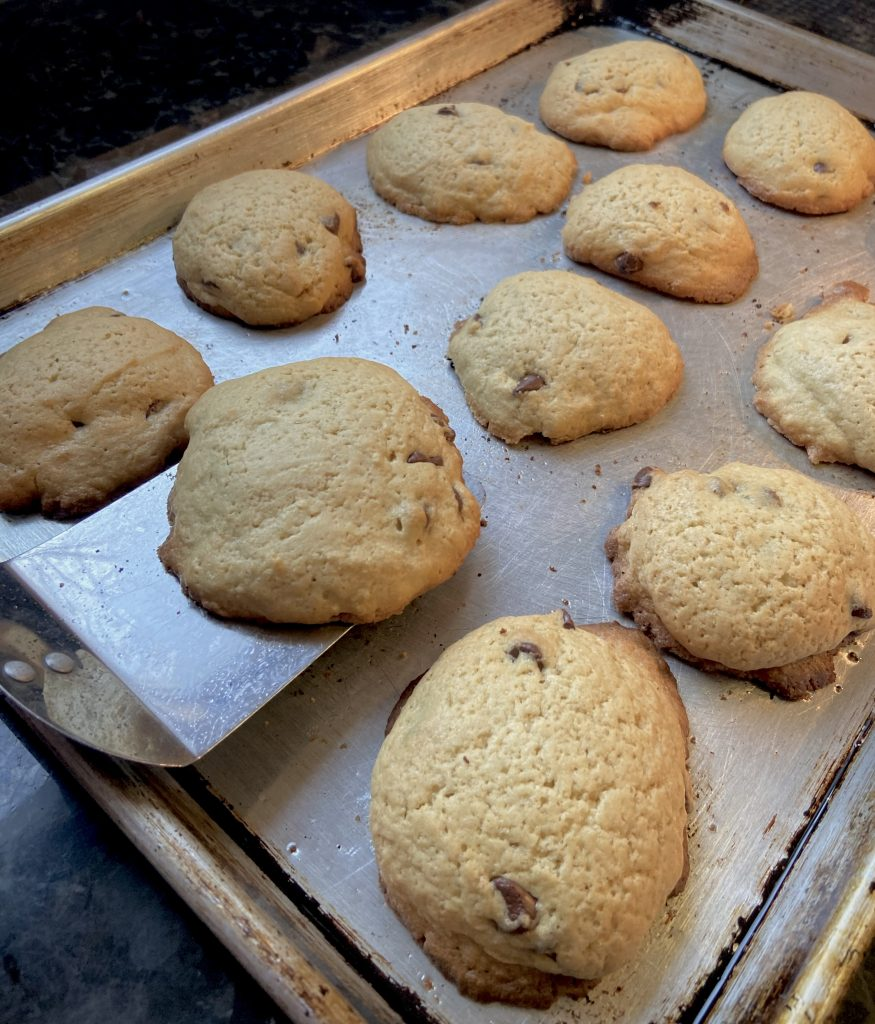 removing freshly baked cookies from cookie sheet